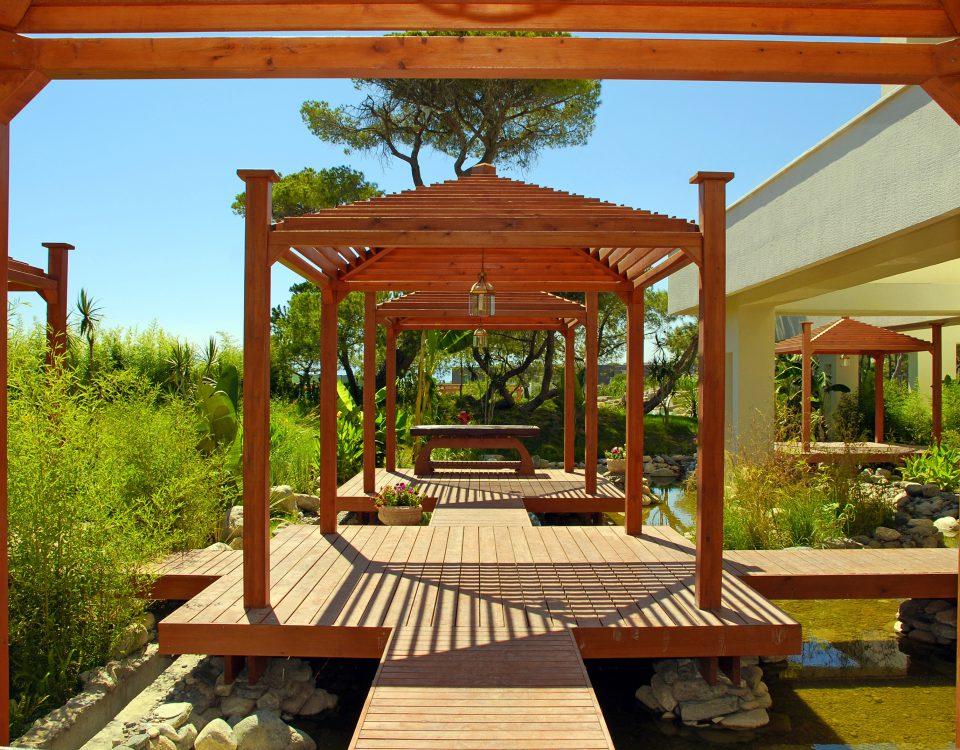 A construção, geralmente de madeira, encontrada em jardins, se chama pérgula ou pérgola, e não pergolado.